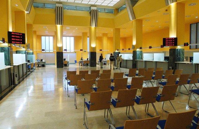 Unos madrile os consultar n sus dudas sobre la for Ayuntamiento de madrid oficina de atencion integral al contribuyente
