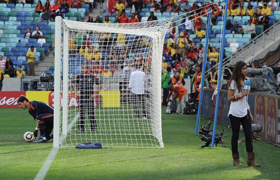 Sara Carbonero a pie de campo junto a la portería de Iker Casillas