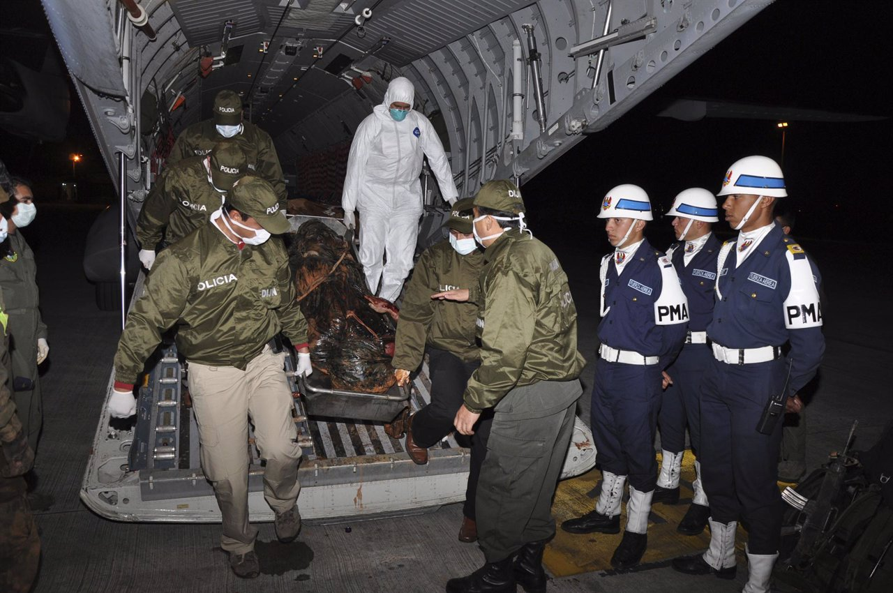 El ejército colombiano con el cadaver de Jorje Briceño, alias 'mono jojoy'