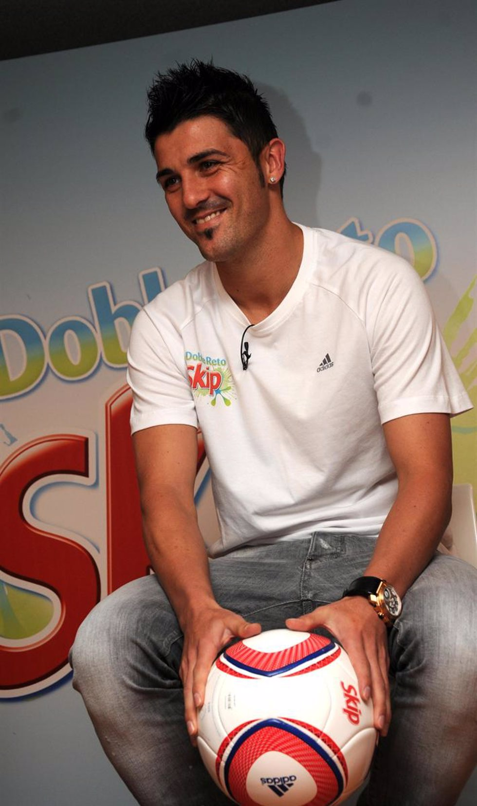 El futbolista asturiano David Villa, como imagen del detergente Skip