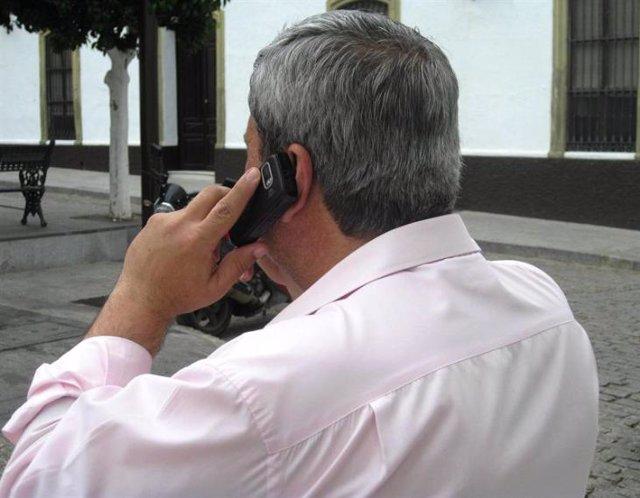 Un hombre llama al Teléfono de la Esperanza.
