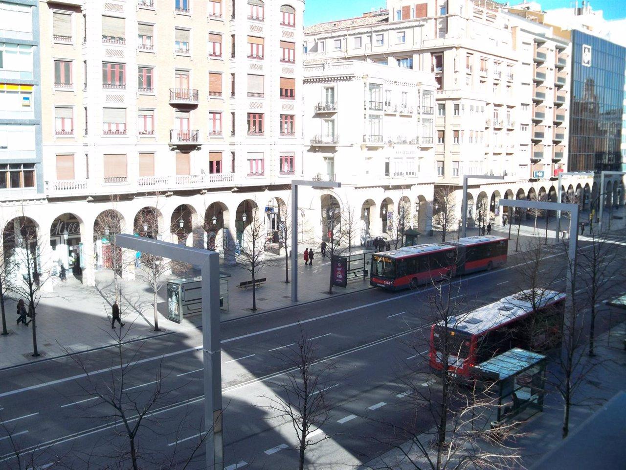 Dos autobuses de Zaragoza circulando por el Paseo Independencia