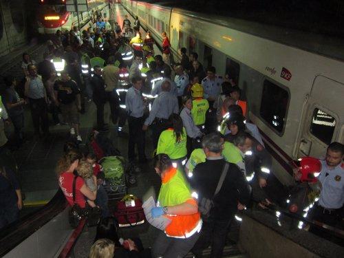 Viajeros y operarios de emergencia evacuando los trenes siniestrados. Foto: Europa Press.