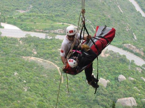 rescate de bomberos en montaña con helicóptero