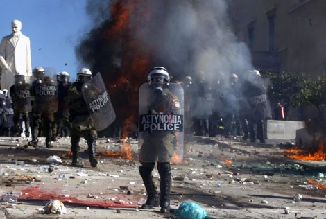 La Policía Griega Se Enfrenta A Los Manifestantes Junto Al Parlamento