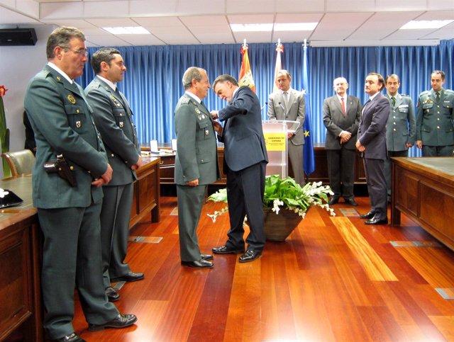 Miguel Alejo Impone Una Medalla Al Mérito De La Seguridad Vial