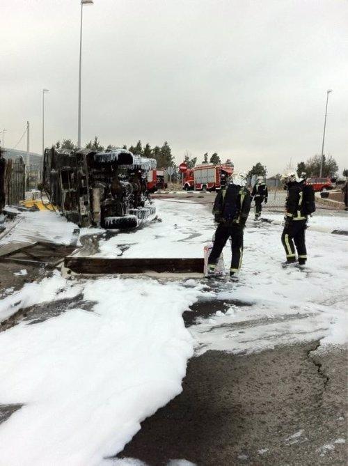 Arden 6.000 litros de combustible al volcar un camión cisterna del Ejército en la M-608