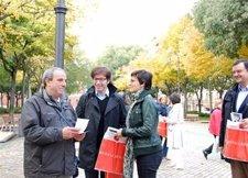 Juan Moscoso Y María Chivite Repartiendo Prograganda Electorale En Pamplona.