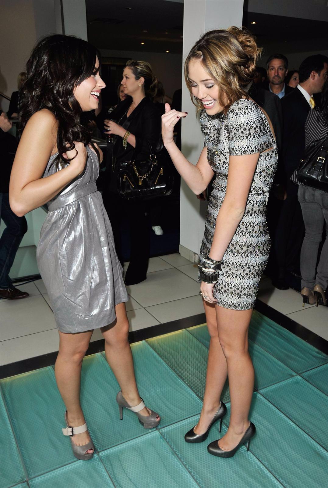 Demi Lovato Y Miley Cyrus En Plena Charla De Amigas