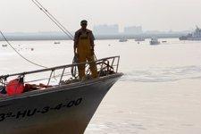 Pescador en un barco pesquero de Huelva
