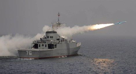 Barco De Guerra Iraní De Maniobras En El Estrecho De Ormuz