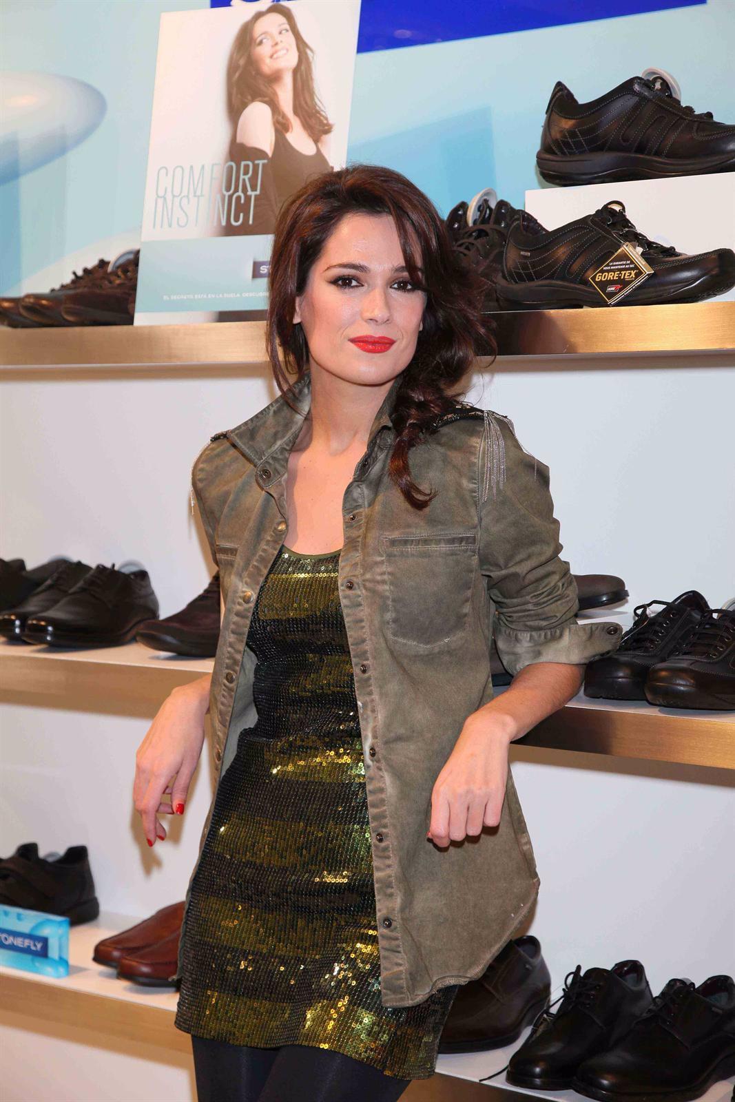 La Actriz Y Presentadora Mar Saura Posa Con Los Zapatos Que Promociona