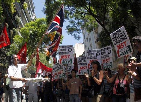 Manifestación En Argentina Contra La Presencia Inglesa En Las Malvinas