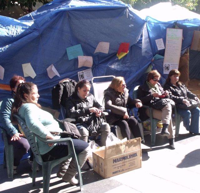 Trabajadoras De Acasa Continúan Acampadas Ante El Ayuntamiento