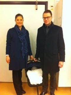 Victoria De Suecia Y Su Marido Con El Bebé