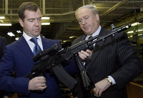 Medvedev Con Una Versión Mejorada Del Fusil De Asalto Kalashnikov En Las Manos