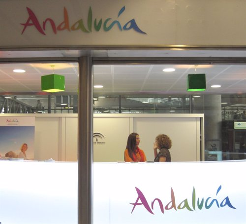 Las oficinas de turismo de la junta de andaluc a atienden for Oficina de trafico malaga
