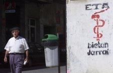 Anciano paseando con anagrama de ETA en la calle