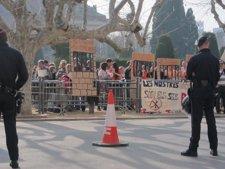 Funcionarios De Prisiones Protestan Ante El Parlament