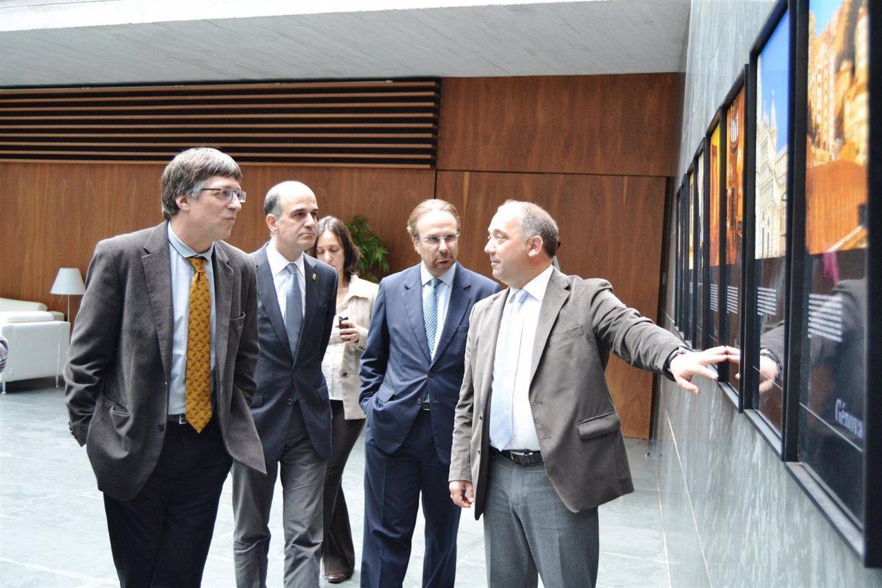 El Fotógrafo Tudelano Autor De La Muestra Enseña La Exposición.