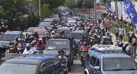 Estampida Hacia Las Montañas Tras Un Terremoto En La Costa Indonesia