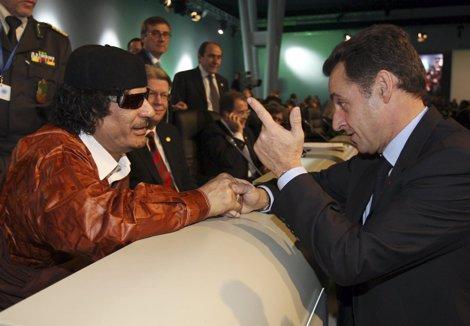 Muamar Gadafi Y Nicolas Sarkozy Conversando Animadamente
