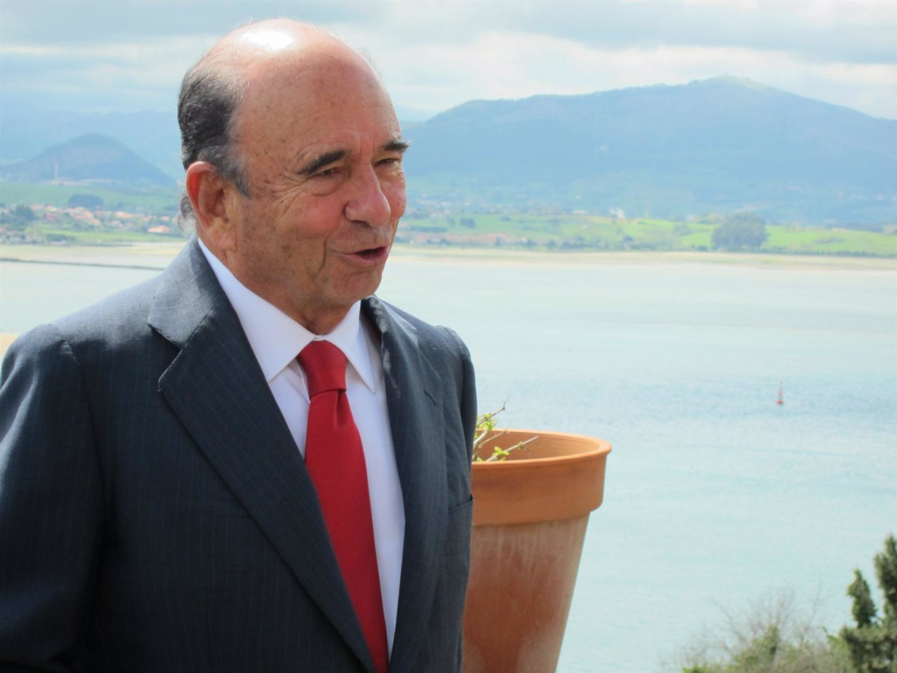Emilio Botín, Presidente Del Banco Santander, Con La Bahía De Santander Al Fondo
