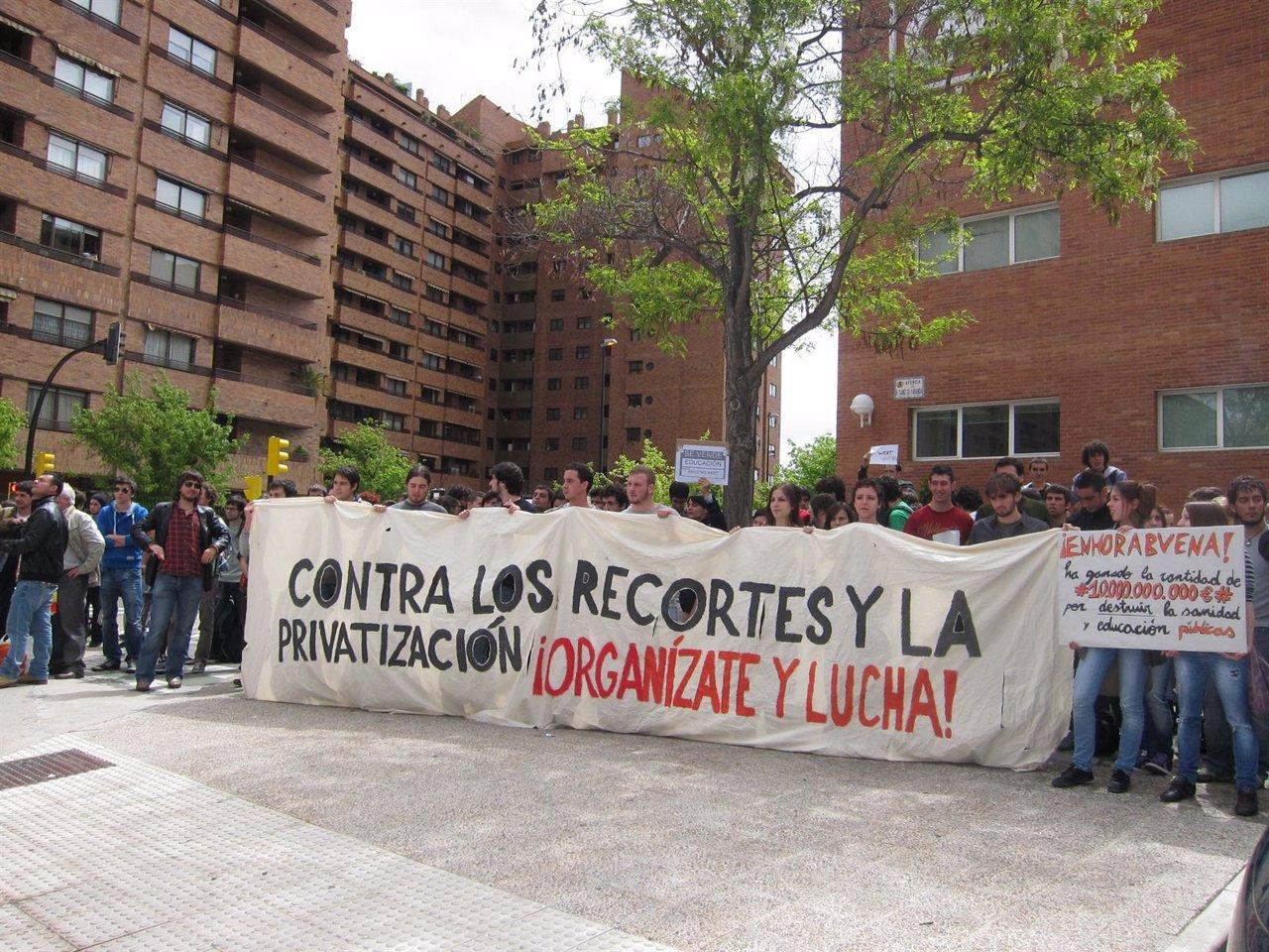 Un Grupo De Universitarios Protesta Contra Los Recortes En Educación En Zaragoza