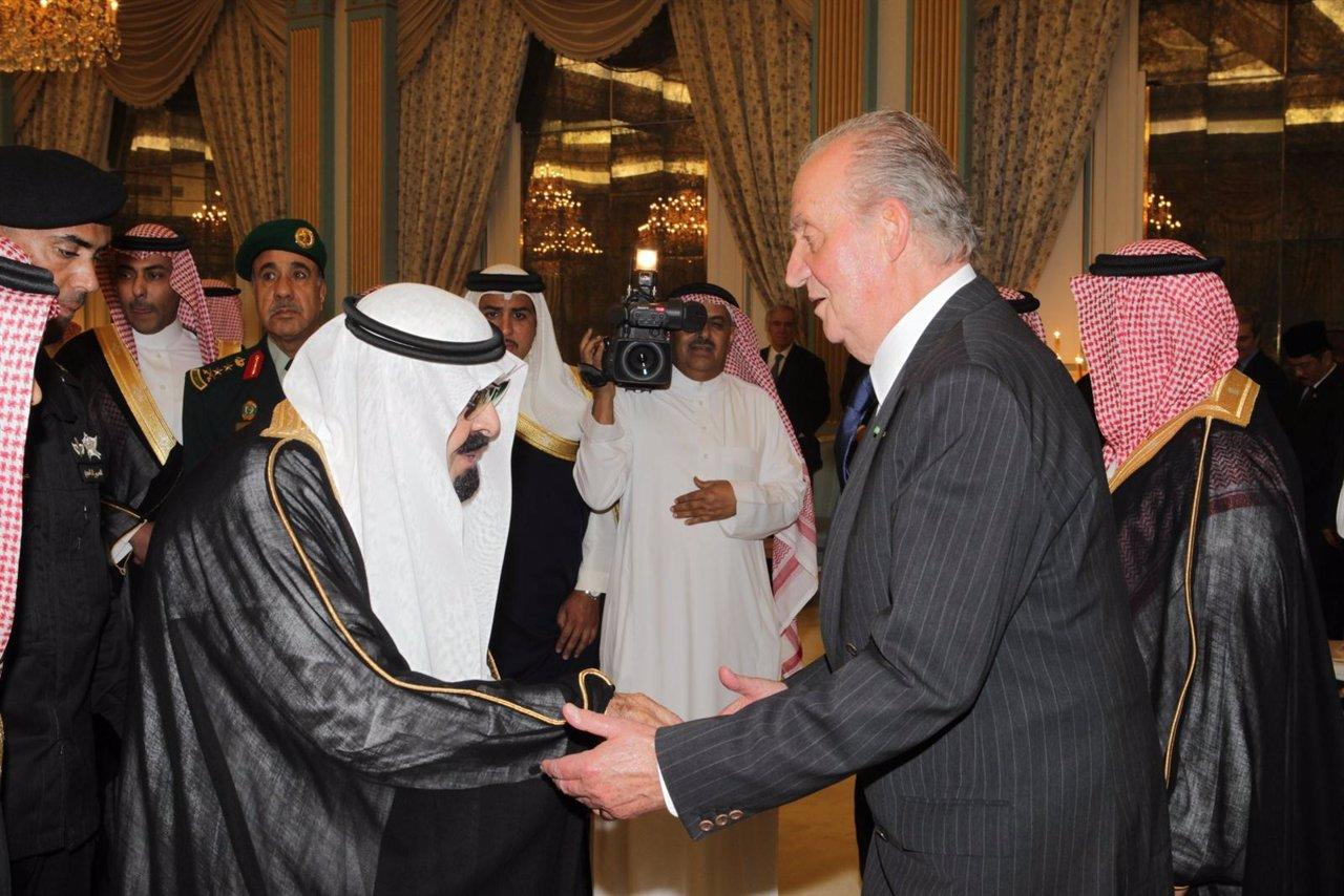 Don Juan Carlos Presenta Sus Condolencias Al Rey Abdulá