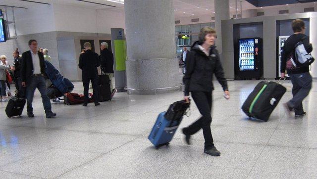Pasajeros En El Aeropuerto De Málaga
