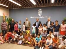 Sanz Con El Grupo De  Niños Saharauis