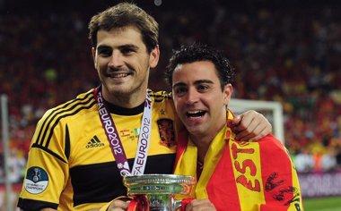Foto: Xavi y Casillas se elevan a la altura de los más grandes (GETTY)