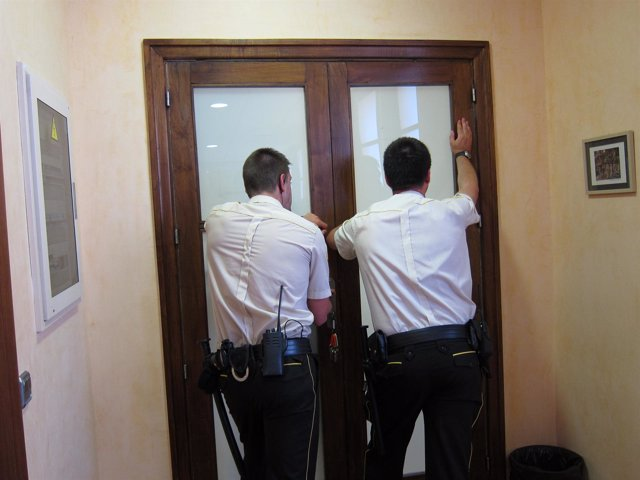 Guardias de seguridad impiden la entrada de manifestantes en el Vall d'Hebron