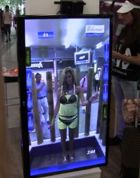 Una usuaria probándose ropa interior de forma virtual.