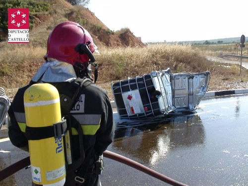 Un camión pierde el control en la CV-13 y sufre una fuga de resina altamente inflamable