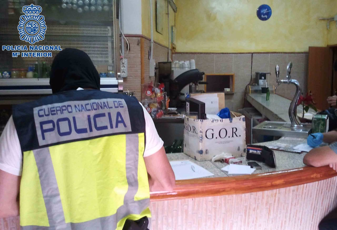 Un Agente De La Policía Nacional Investigando