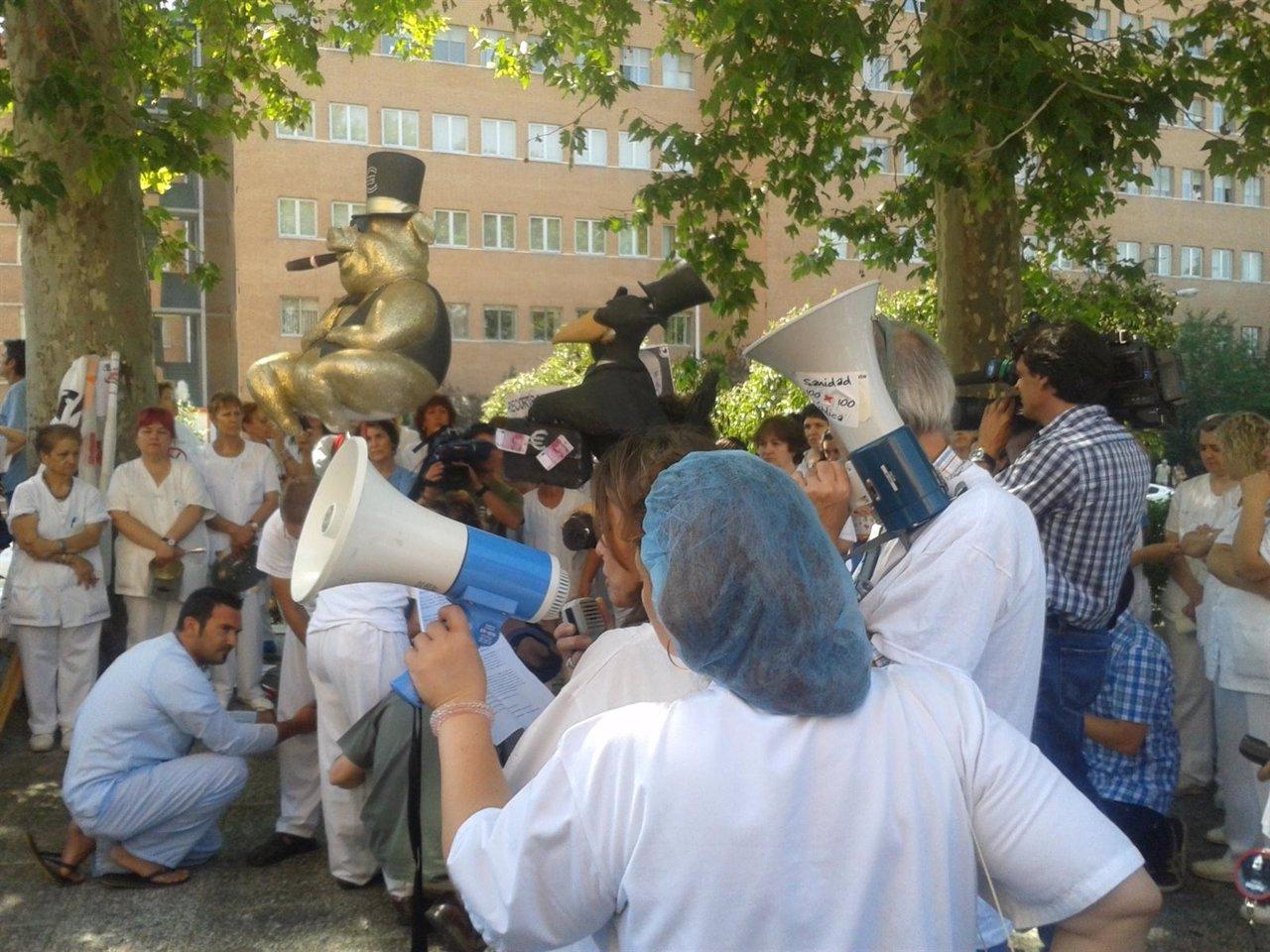 Trabajadores de hospitales inician un encierro para for Puerta k hospital clinico san carlos