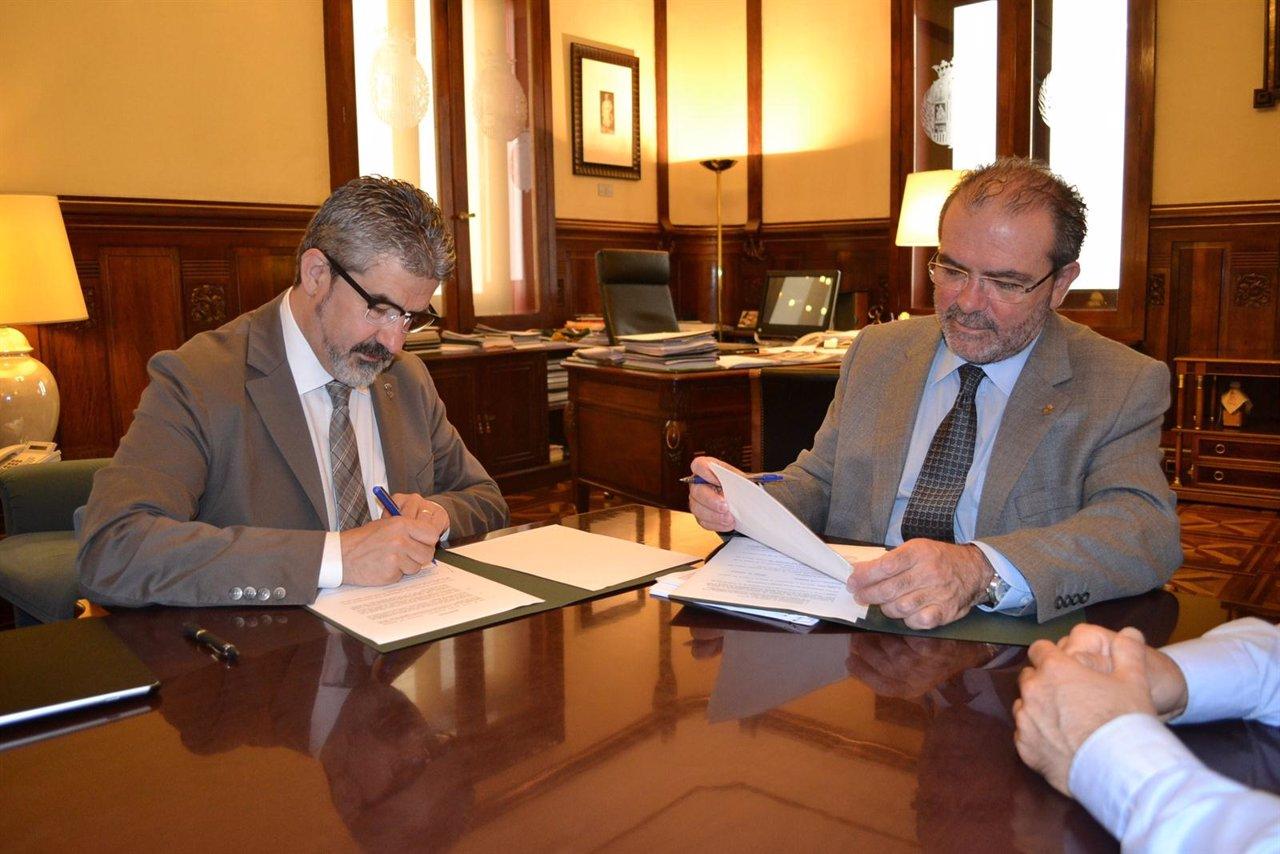 Joan Reñé y Josep Maria Roigé firman el convenio de colaboración