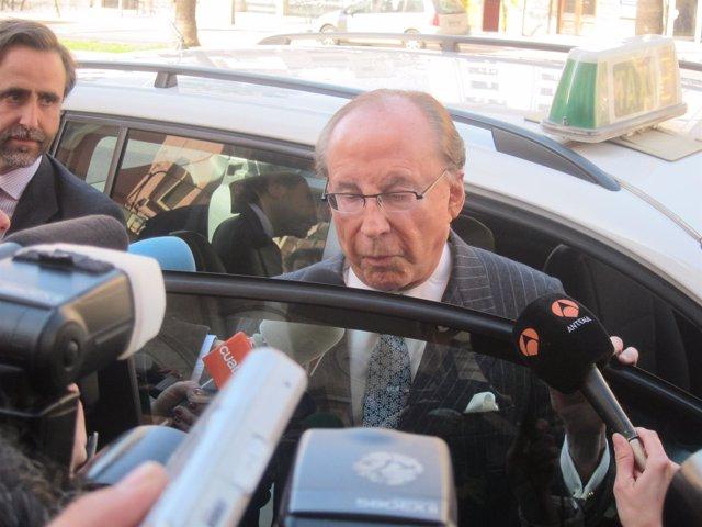 Ruiz-Mateos Y Un Hijo Saliendo De Un Taxi En Palma