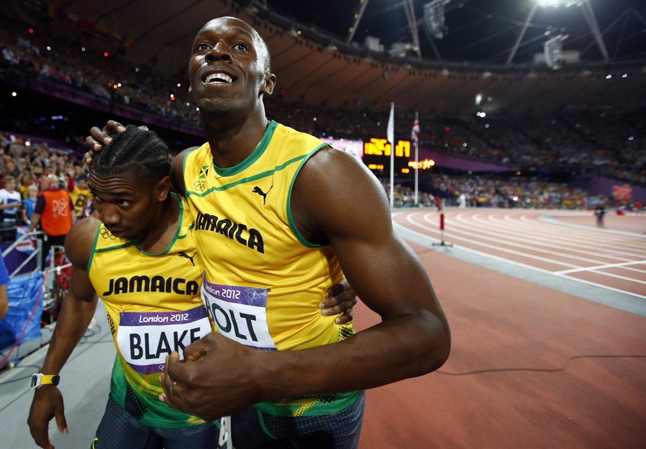 Yohan Blake y Usain Bolt tras clasificarse a la final del 200