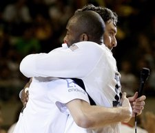 Pau Gasol se abraza con Kobe Bryant baloncesto