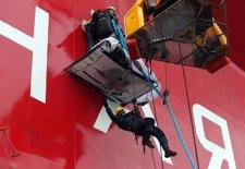 Activistas de Greenpeace subiendo a la plataforma petrolífera