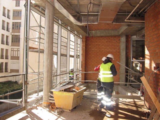 Obreros En El Nuevo Edificio De Audiencia Provincial De Zaragoza. Construcción