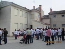 Vecinos y padres de Vallelado se concentran en el centro.