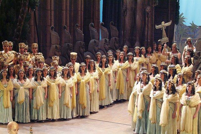 El coro del Liceu en la ópera 'Aida'