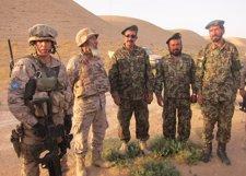 Un Militar Español Junto A Militares Afganos A Los Que Asesora