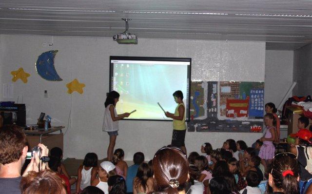 Niños utilizando una pizarra digital en clase