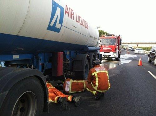 Abierto al tráfico el carril cerrado tras incendiarse un camión de mercancías peligrosas en la A-49