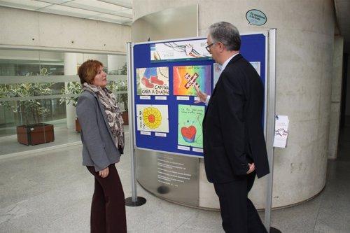 La conselleira de Sanidade inaugura exposición de dibujos.