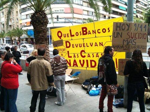 Acampada de Stop Desahucios frente a una sucursal bancaria de Alicante